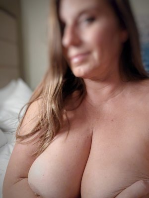 Heliade brunette live escort Chatham, ON